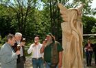 Přípitek u sochy  (klikni pro zvětšení)