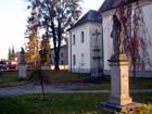 sochy u kostela  (klikni pro zvětšení)