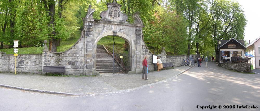 kamenná brána s litinovou mříží