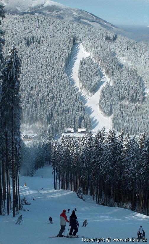 Ski areál Bílá - Sjezdovka Sever červená, v dálce Jih