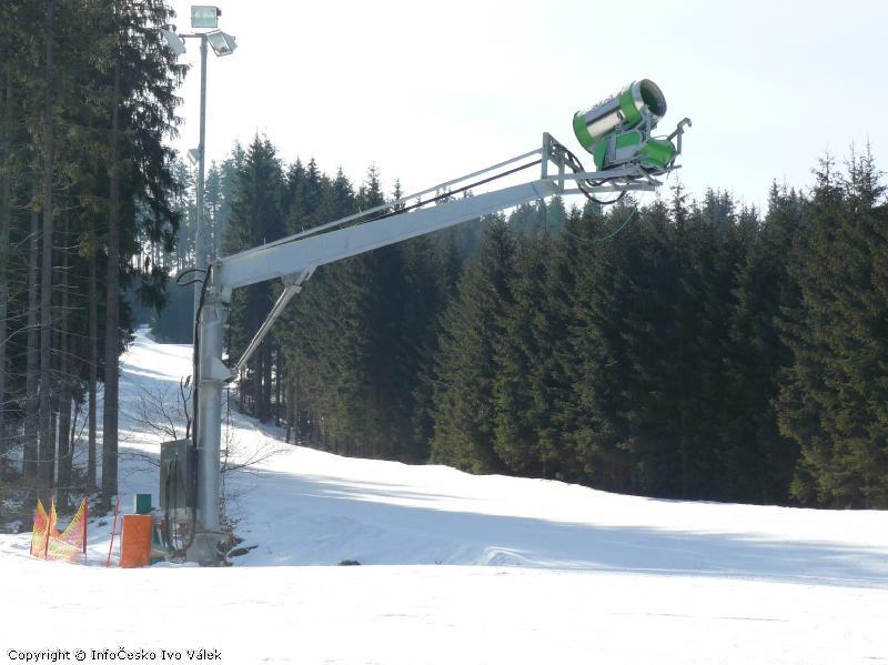 Ski areál Bílá - Hydraulické rameno pod zasněžovacím vrtulovým dělem