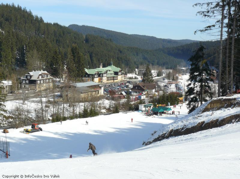 Ski areál Bílá - Dojezd k dolní stanici lanovky, v pozadí Hotel Pokrok