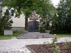 Pomník u kostela  (klikni pro zvětšení)
