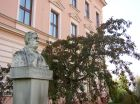 Busta Františka Palackého před gymnáziem  (klikni pro zvětšení)