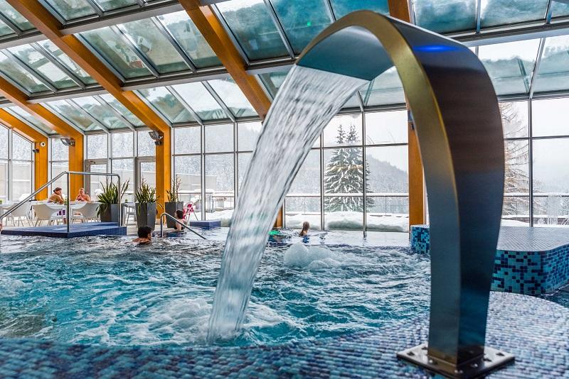 Krytý bazén s hydromasážemi